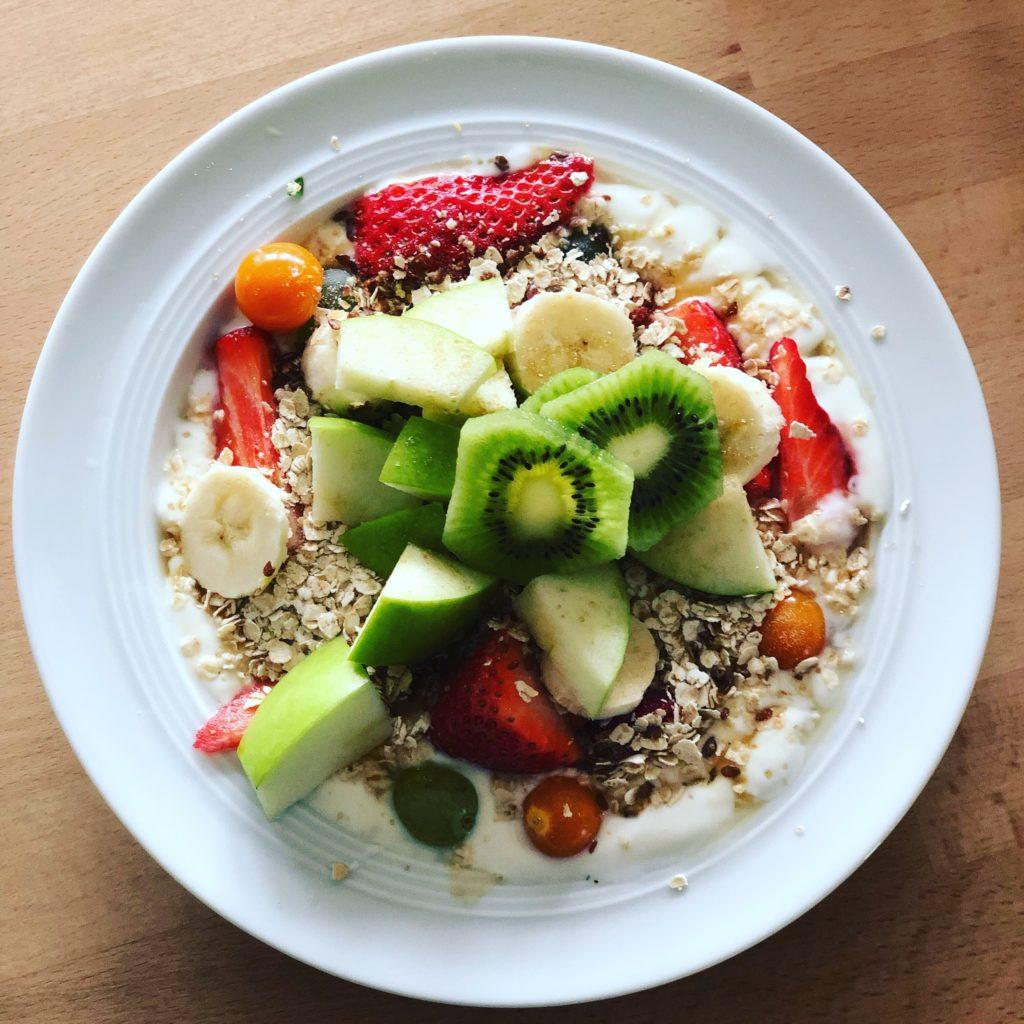 Gesundes Frühstück mit viel Obst