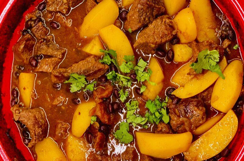 Tajine mit Rindfleisch mit schwarzen Bohnen und Kartoffeln